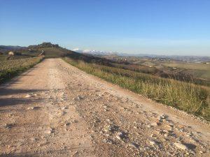 In gravel sulla strada della Contrada Santa Elisabetta verso Lapedona