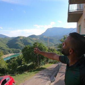 Davide mi mostra la vista dal balcone della casa di Arato, con il Lago di Gerosa e il Vettore