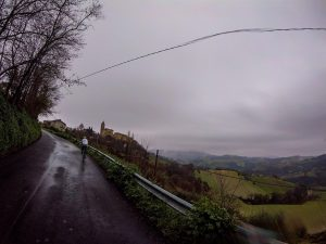 in bici con la pioggia