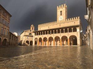 offida piazza del popolo con la pioggia