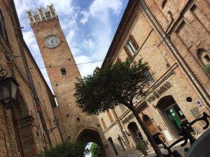 Sosta presso la Torre dell'Abate Odorisio, a Santa Vittoria in Matenano
