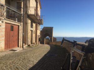 In gravel per le stradine del centro storico di Monterubbiano